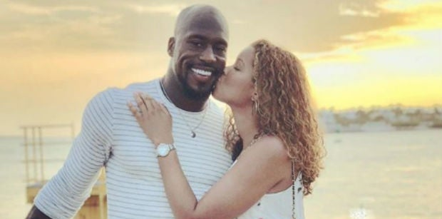 Vernon Davis proposes to girlfriend with help from skydivers